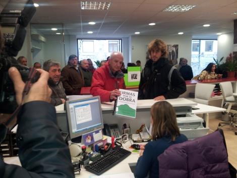 Presentación de las 3.500 firmas reclamando la protección del Monte Dobra