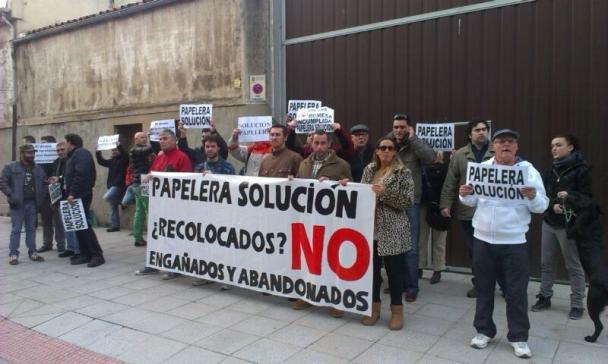 Protesta de los ex-trabajadores de Papelera frente al Parlamento de Cantabria