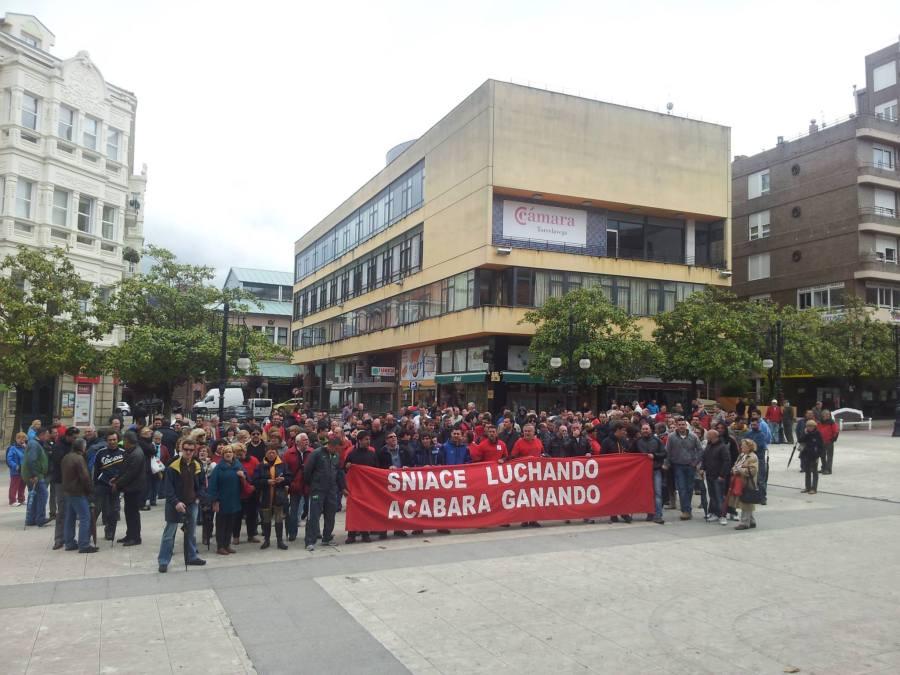 Simultaneamente, los trabajadores de SNIACE protagonizaron una concentración ante el Ayuntamiento de Torrelavega