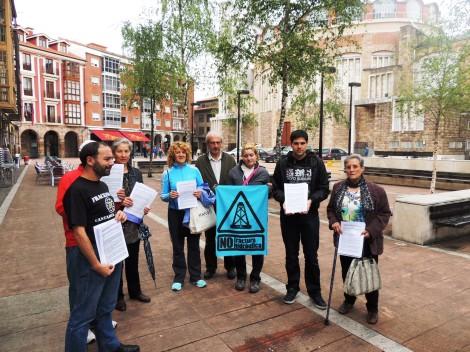 Entrega alegaciones fracking en el registro municipal de Torrelavega