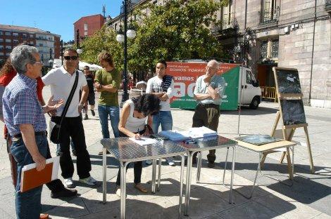 Recogida de firmas en el Boulevard