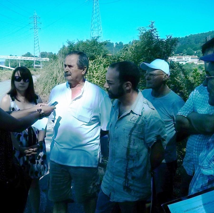 Manuel Calderón, Iván Martínez y los vecinos, detallando la situación de abandono del parque