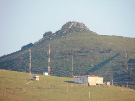 Monte Dobra, con la pancarta desplegada ayer