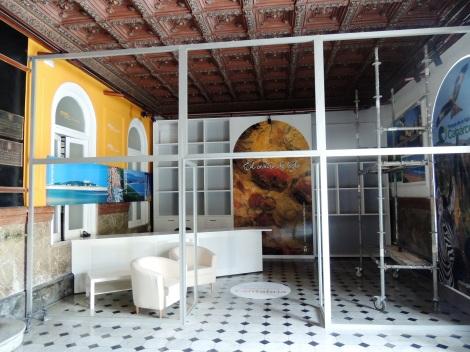 Los materiales elegidos suponen una agresión estética al artesonado del vestíbulo municipal.