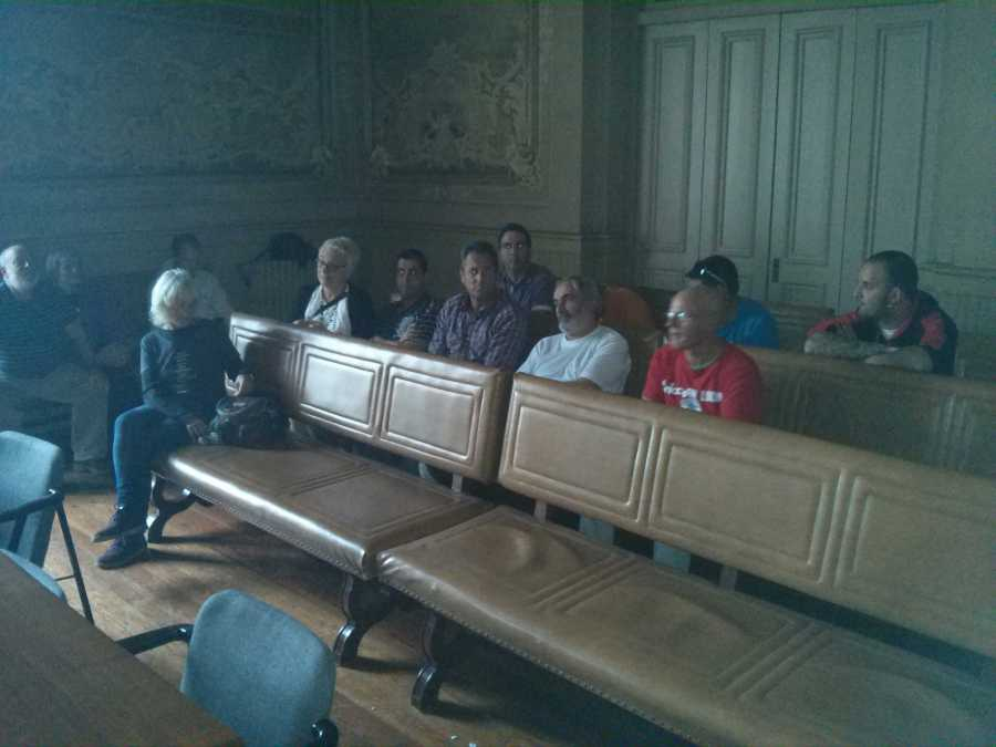 Imagen de los encerrados en la bancada de invitados del Salón de Plenos