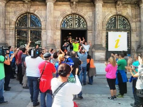 """Los manifestantes salen entre vítores y consignas """"Que viva, la lucha, de la clase obrera"""""""