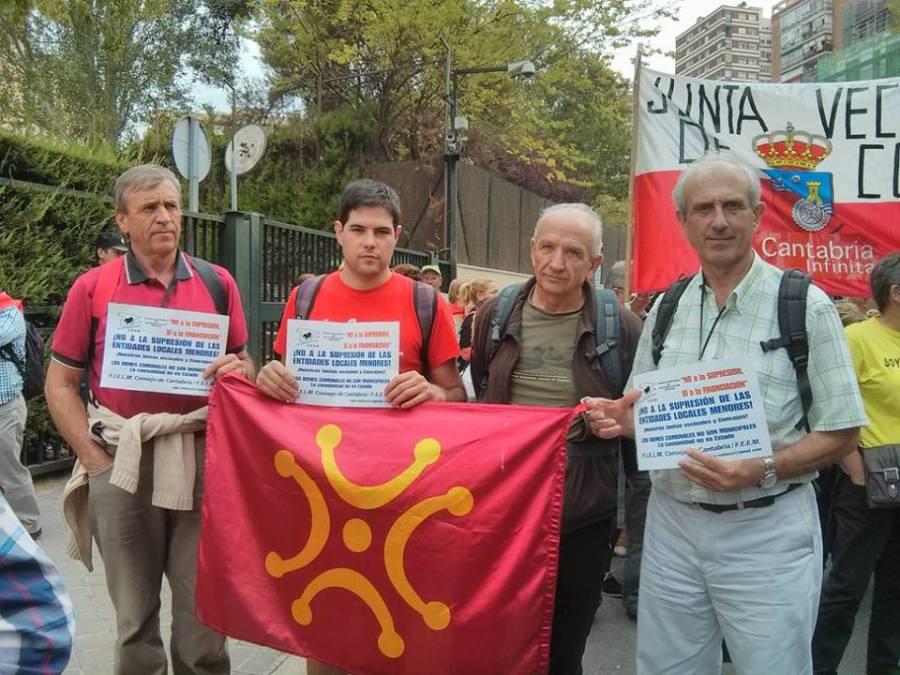 Miembros de ACPT y vecinos de Viérnoles en una manifestación en Madrid en defensa de las Juntas Vecinales