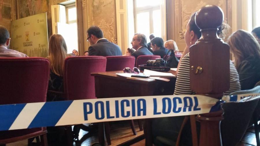 Cordón policial de separación entre el público y los concejales (Foto: HoyTorrelavega)