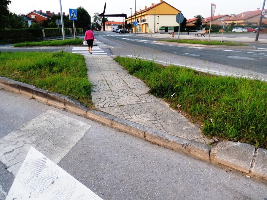 Acera sin rebaje para Personas con Movilidad Reducida