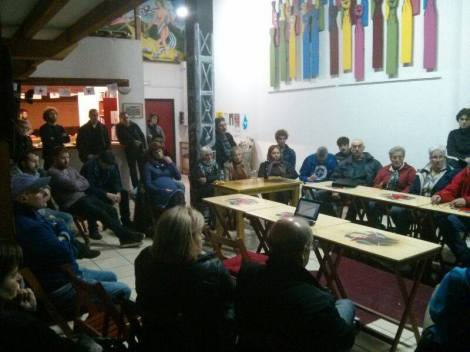 Alrededor de 40 personas asistieron a la Asamblea Abierta celebrada en el Centro Social Ítaca