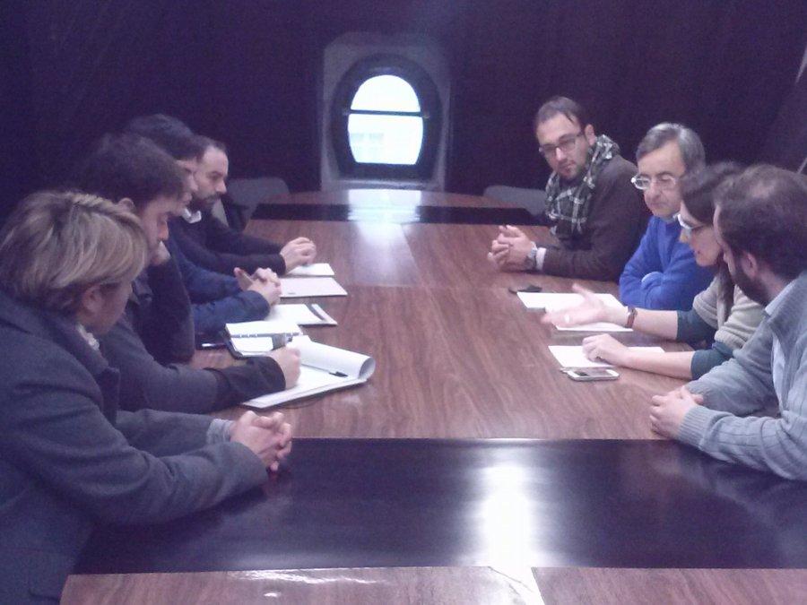 Un momento de la reunión entre representantes de ACPT y concejales del PSOE y del PRC (Foto: Marisa Gutiérrez)