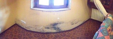 """Humedades en una de las casas afectadas por las filtraciones de agua en """"La Turbera"""""""