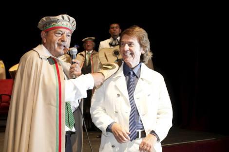 """""""El Gran Maestre"""" Marcano, alcalde en la fecha de firma del convenio, agasaja a Rafael durante la Feria del Hojaldre"""