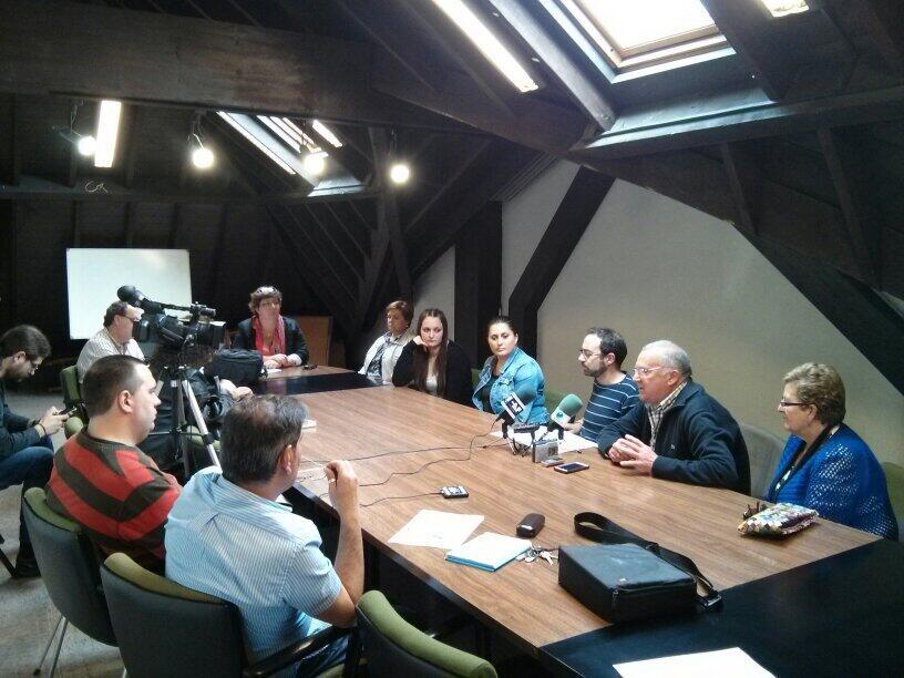 Vecinos de La Turbera acompañando a Iván Martínez en rueda de prensa