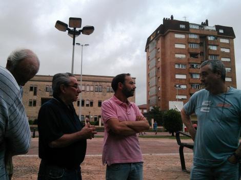 Iván Martínez y representantes de la Asociación en un momento de la visita