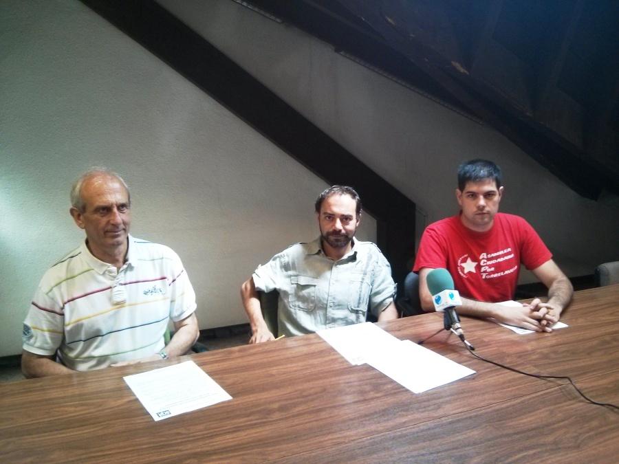 Ángel Blanco, Iván Martinez (portavoz y concejal) y Javier Polanco (secretario del Grupo Municipal) realizando la rueda de prensa esta mañana