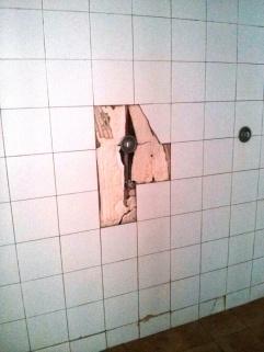 Azulejos rotos en duchas actualmente en servicio