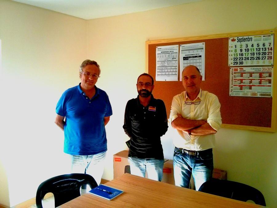 Representantes del STEC posan con Iván Martínez en la sede del sindicato