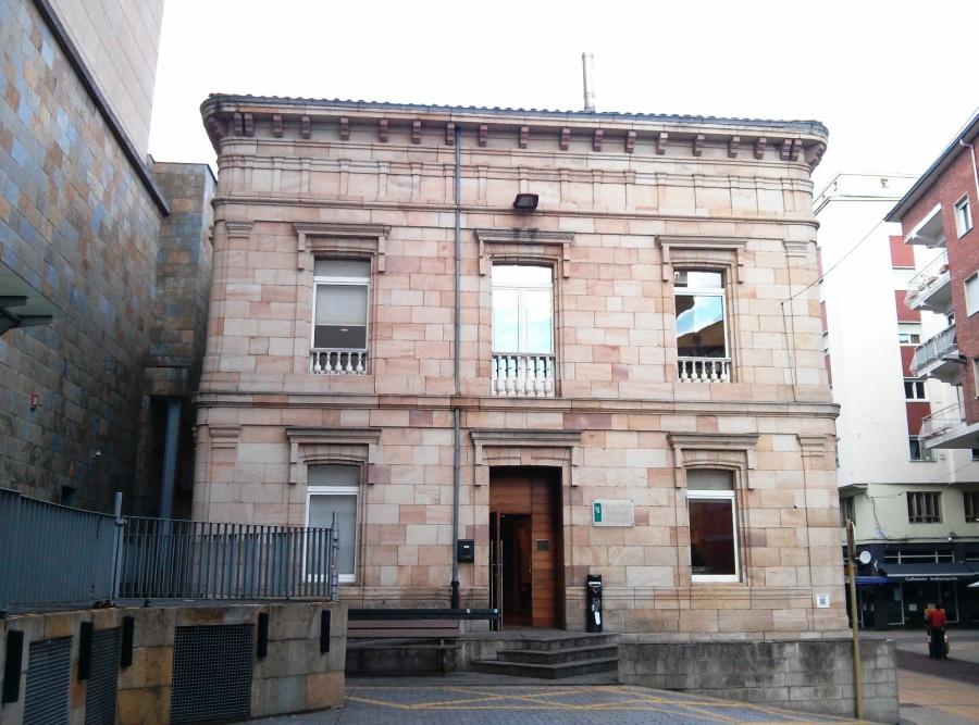 Fachada popular del antiguo palacio de