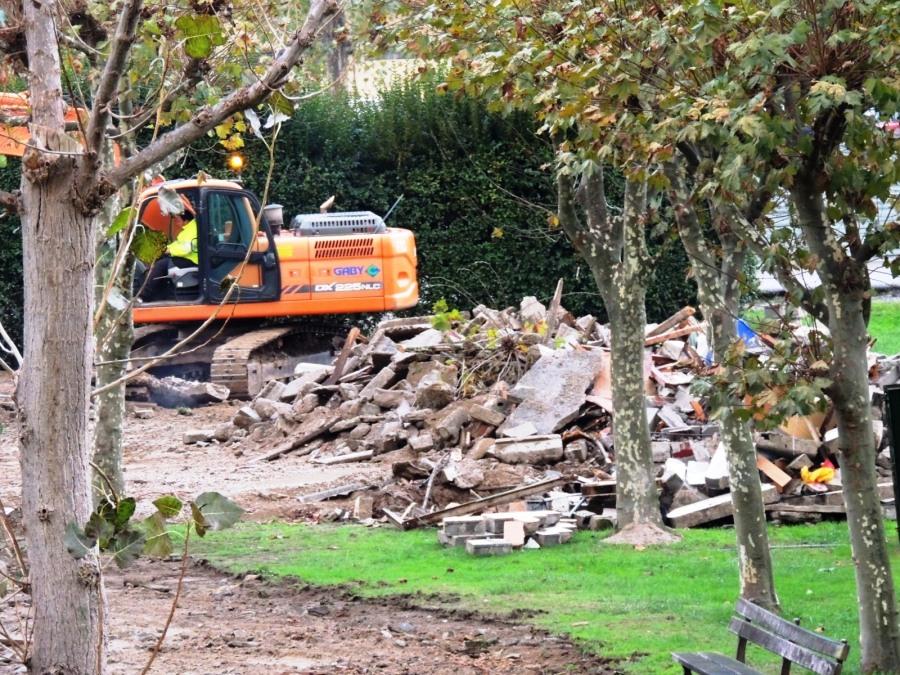 Montón de fibrocemento y otros materiales de construcción