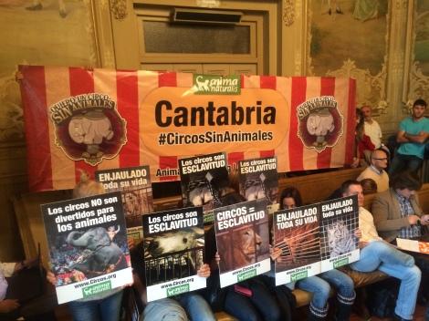 Animalistas respaldan la moción movilizándose en el Salón de Plenos