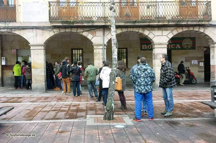Parados haciendo cola en el registro  Autor: Guillermo Hernández Fuente: Hoy Torrelavega