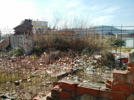finca abandonada y llena de desperdicios