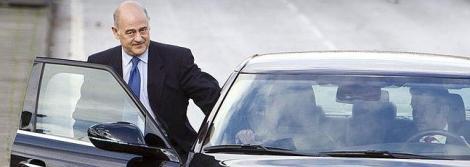 Un chófer lleva a Mezquita al aeropuerto en uno de los coches oficiales de la empresa