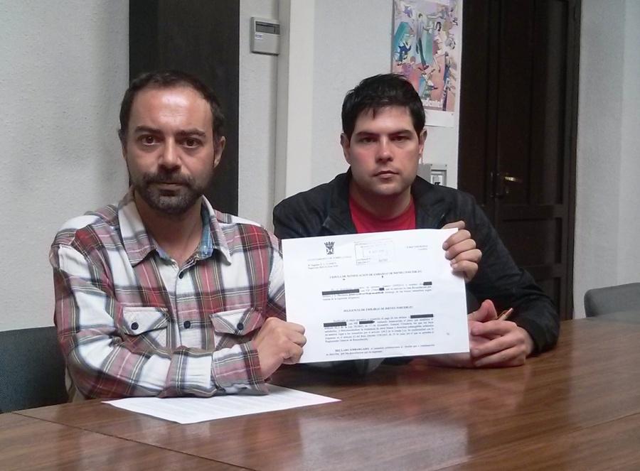 Iván Martínez muestra el documento de embargo