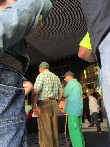 Policías custodian e impiden el paso al salón de plenos a cualquier persona por órdenes del alcalde, mientras unos vecinos y trabajadores del Serca lo siguen por la pantalla de televisión. Al fondo con camisa blanca, Antonio Estrada Alonso del PRC (agosto 2016).