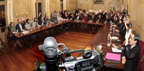 """Arriba: Aspecto del salón de plenos con varias decenas de personas que subieron, con libre acceso, para una """"protesta amable"""" permitida por el Equipo de Gobierno PSOE-PRC y con llamada a filas de sus militantes; la petición del MUPAC para Torrelavega, en marzo de 2016."""